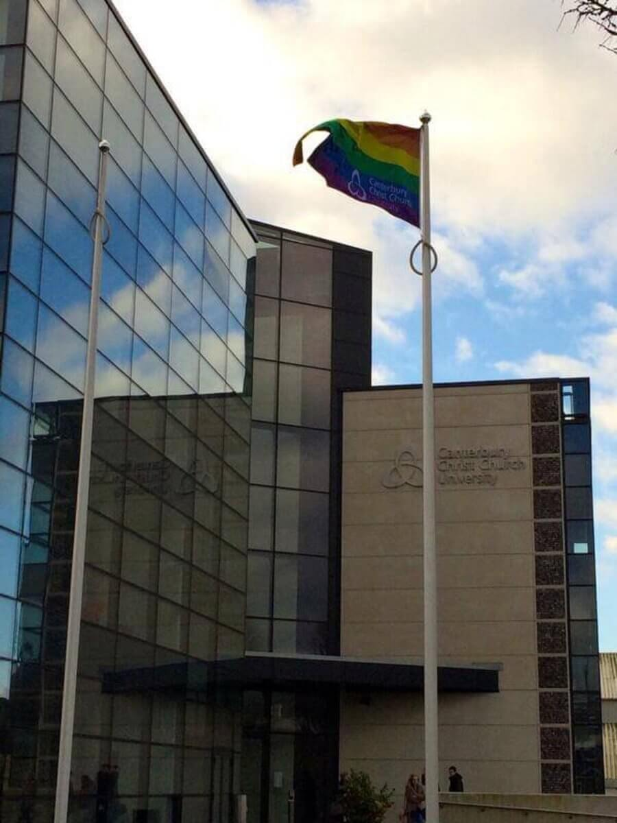 Štúdium v Anglicku, LGBT vlajka