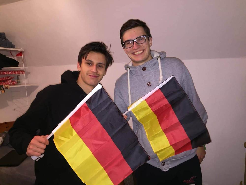 Nemecké vlajky, Benovi priatelia a na strednej škole v Nemecku