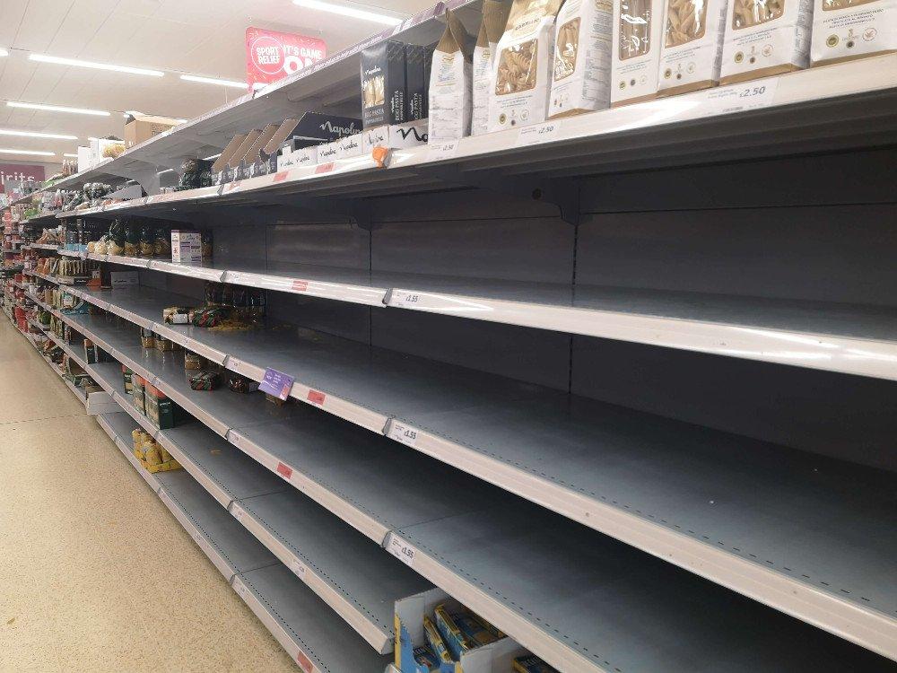 Že sa pandémia týka aj Anglicka, svedčí stav v obchodoch.
