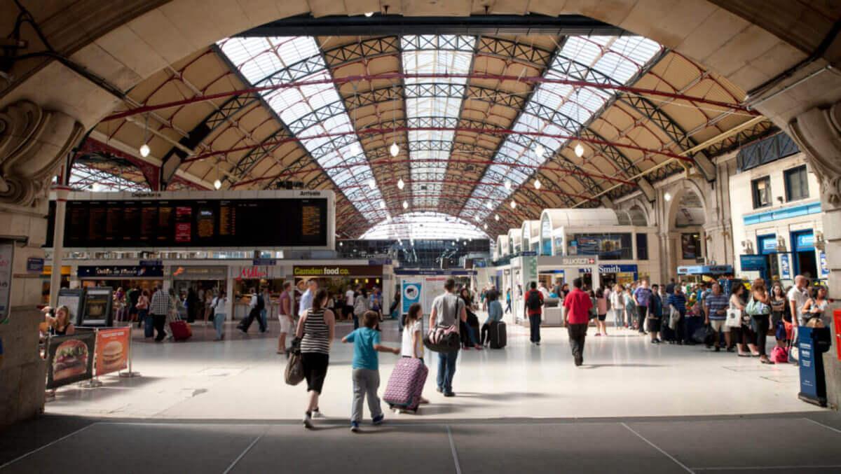 Štúdium v Anglicku - Victoria Station v Londýne