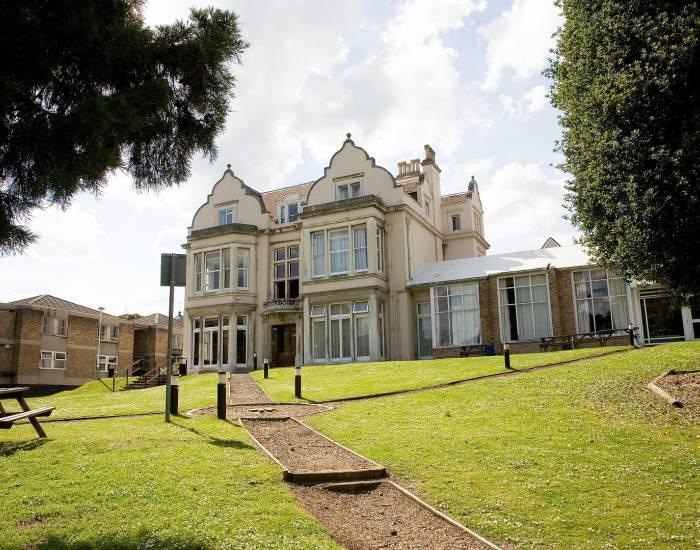 Embassy Londýn Kingswood - predmestie (10 - 17 rokov)